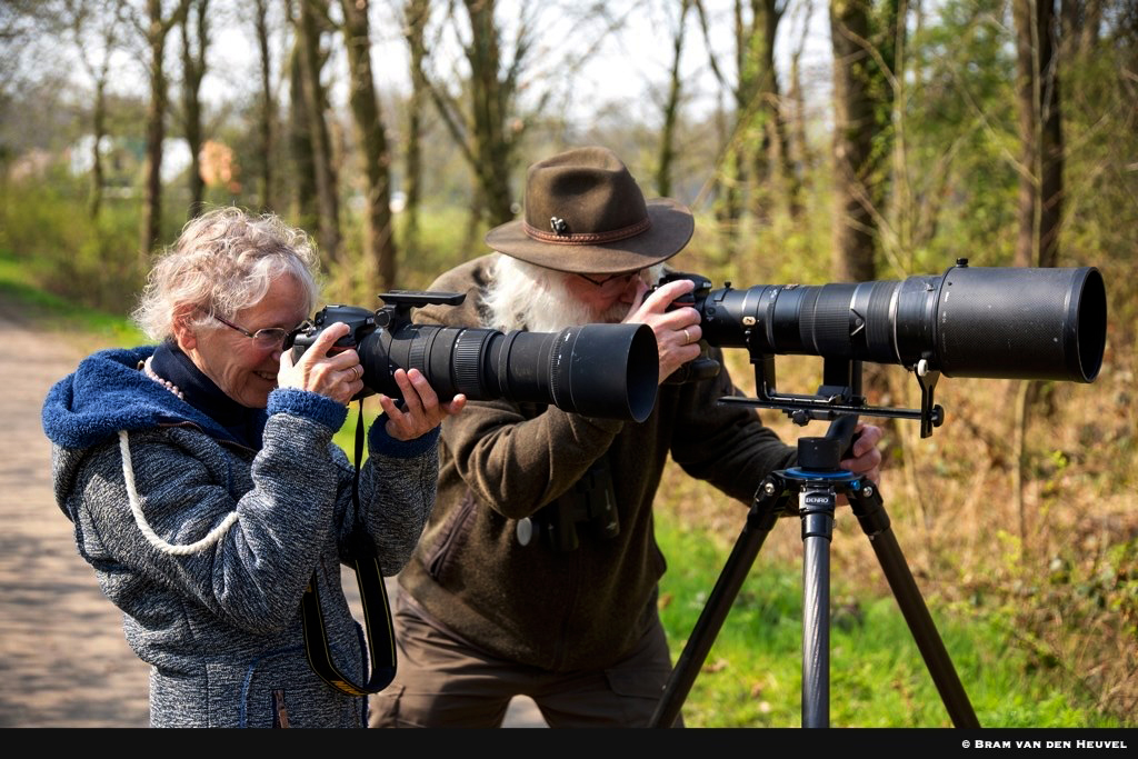 Natuurliefhebbers Fransien en Louis Fraanje in actie met hun camera's - Foto: ©Bram van den Heuvel