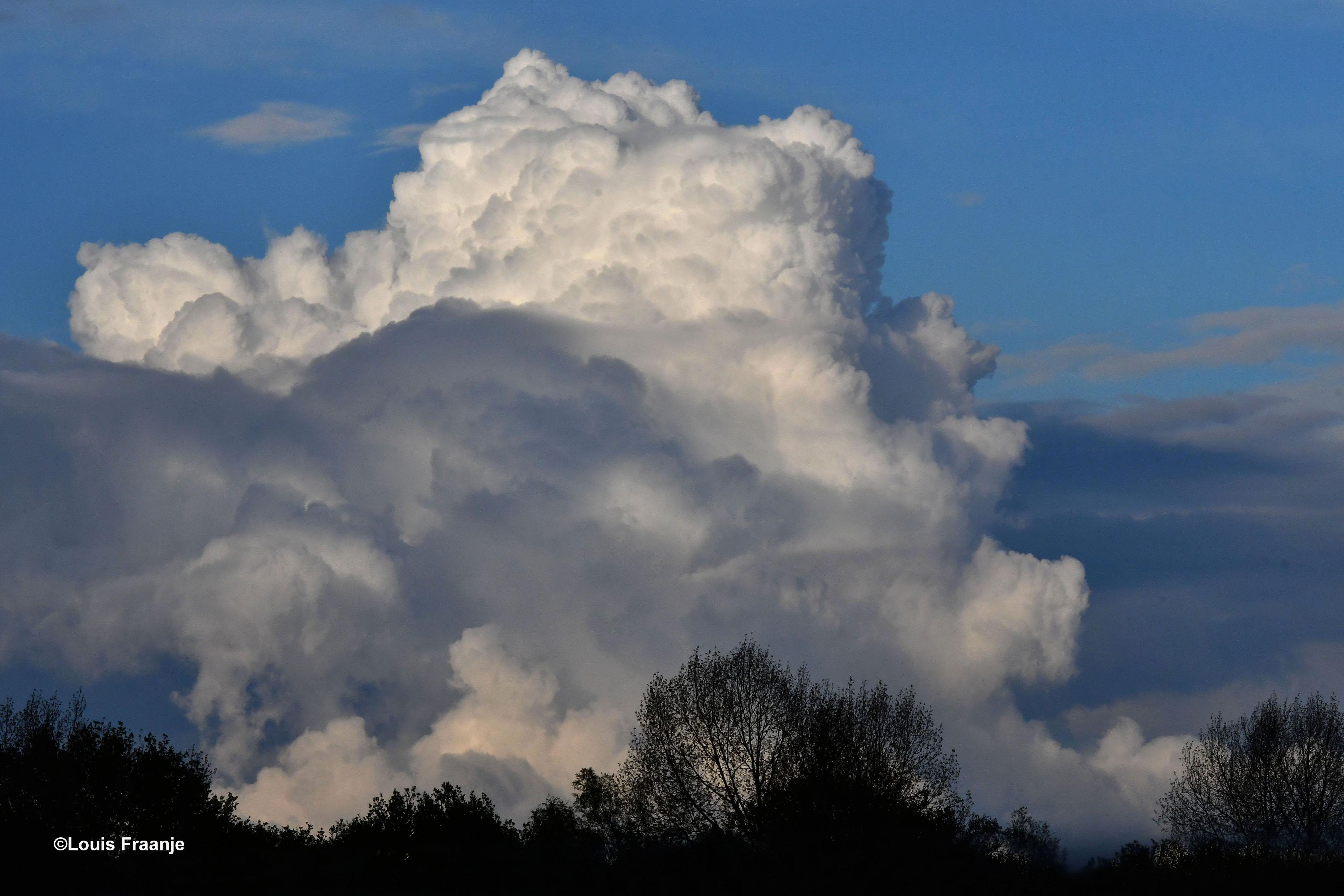 Een enorme wolkenmassa, die op elkaar gestapeld leek te zijn, echt heel bijzonder - Foto: ©Louis Fraanje
