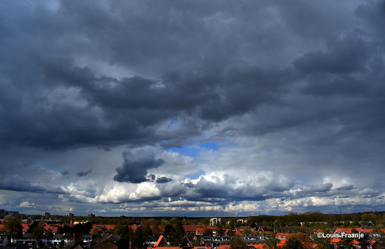 Dreigende wolkenluchten die voorbij drijven aan de hemel - Foto: ©Louis Fraanje