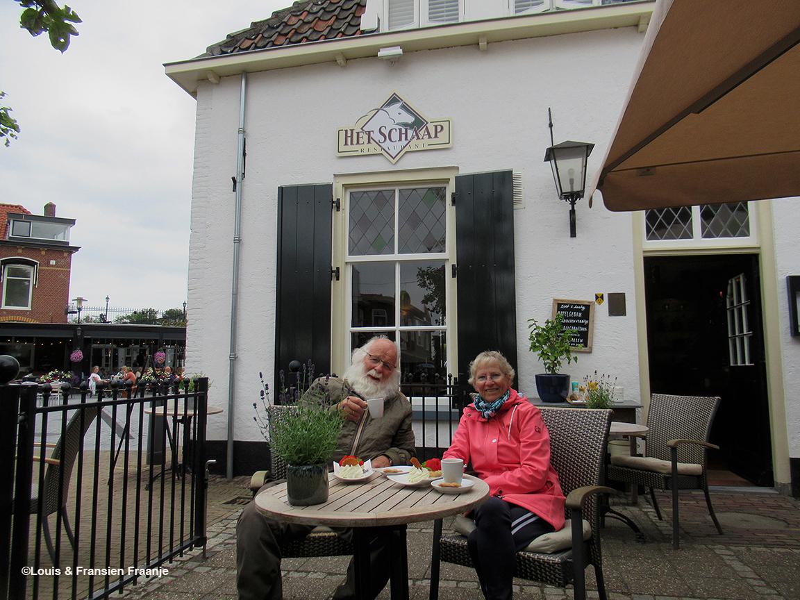 Heerlijk aan de koffie en een lekker gebakje op het terras bij Restaurant 'Het Schaap'- Foto: ©Louis & Fransien Fraanje