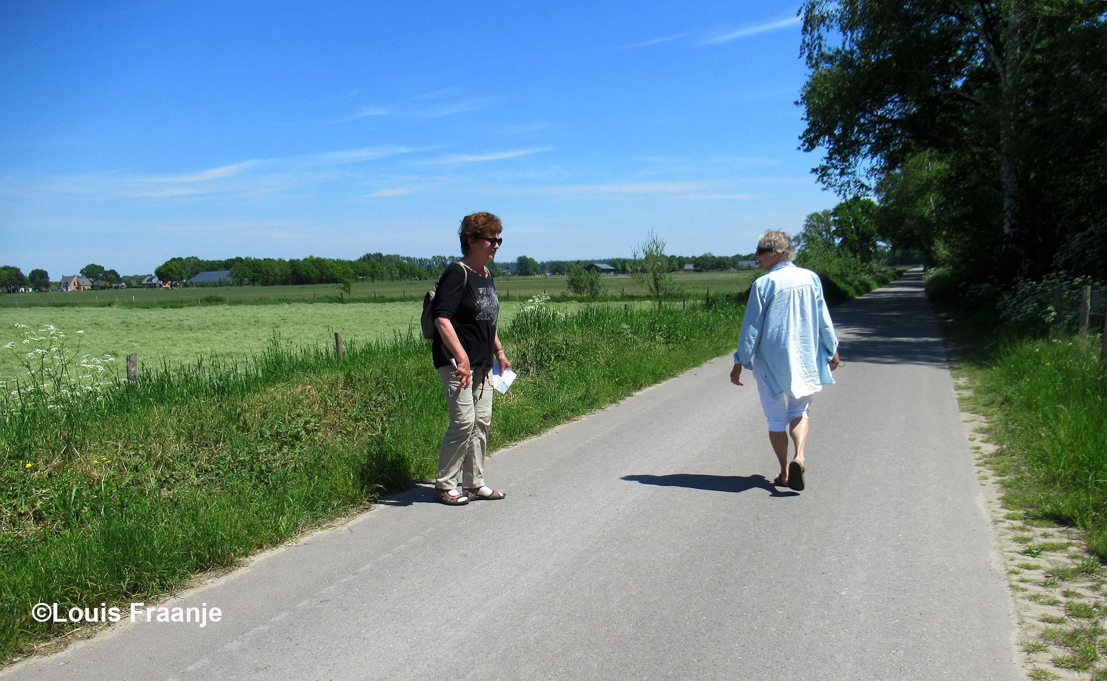 Jannie en Fransien op de weg achter het Bleeke Meer - Foto: ©Louis Fraanje