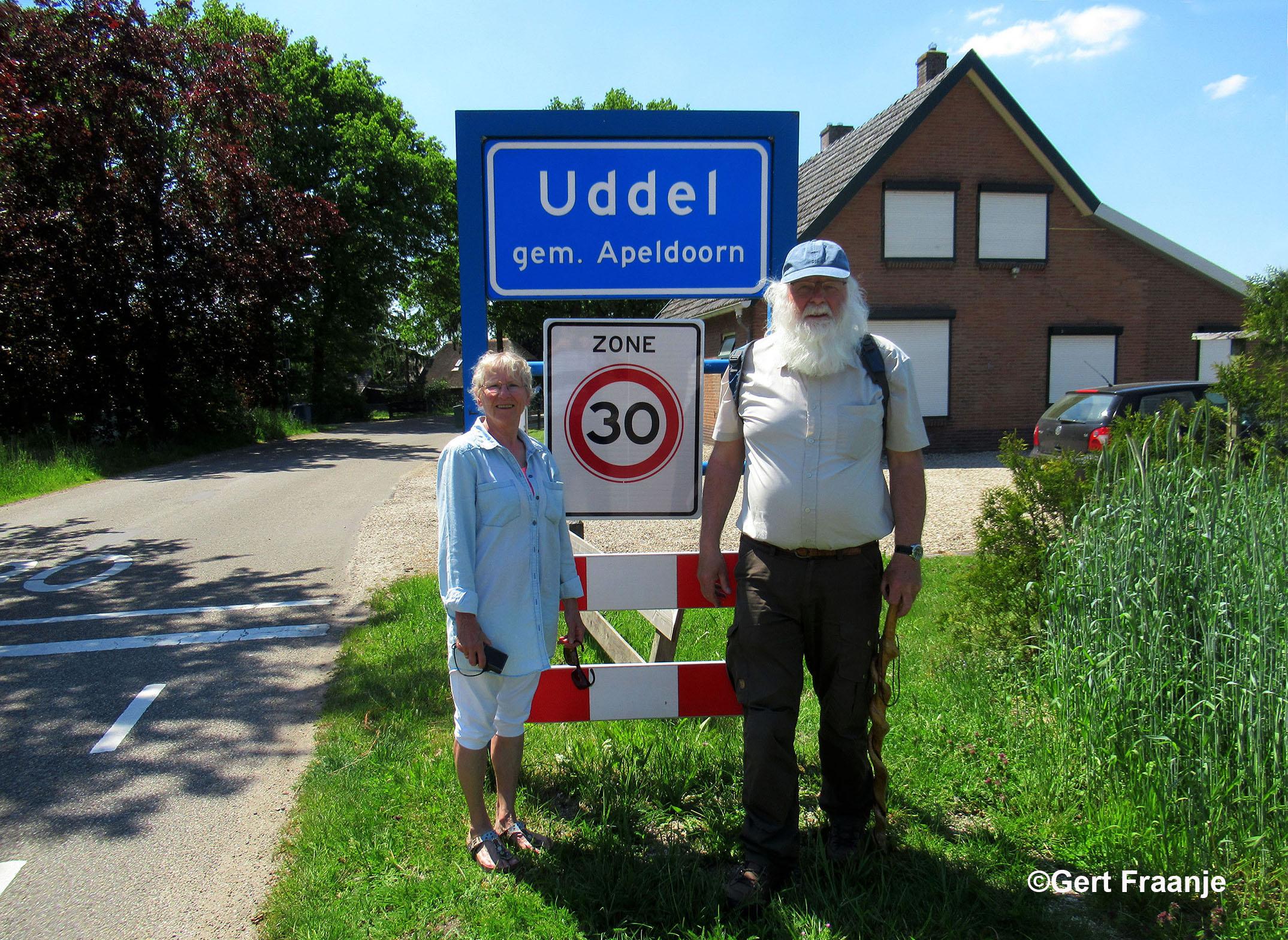 Ja... natuurlijk eventjes poseren bij het bord Uddel - Foto: ©Louis Fraanje