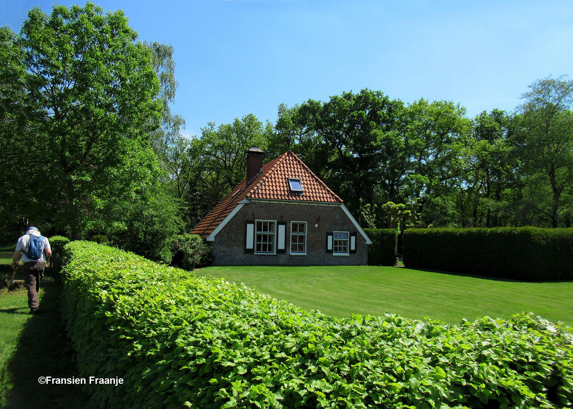 Als we voorbij de Houtzagerij van Boeve en Hop zijn, zien we rechts dit oude boerderijtje - Foto: ©Fransien Fraanje