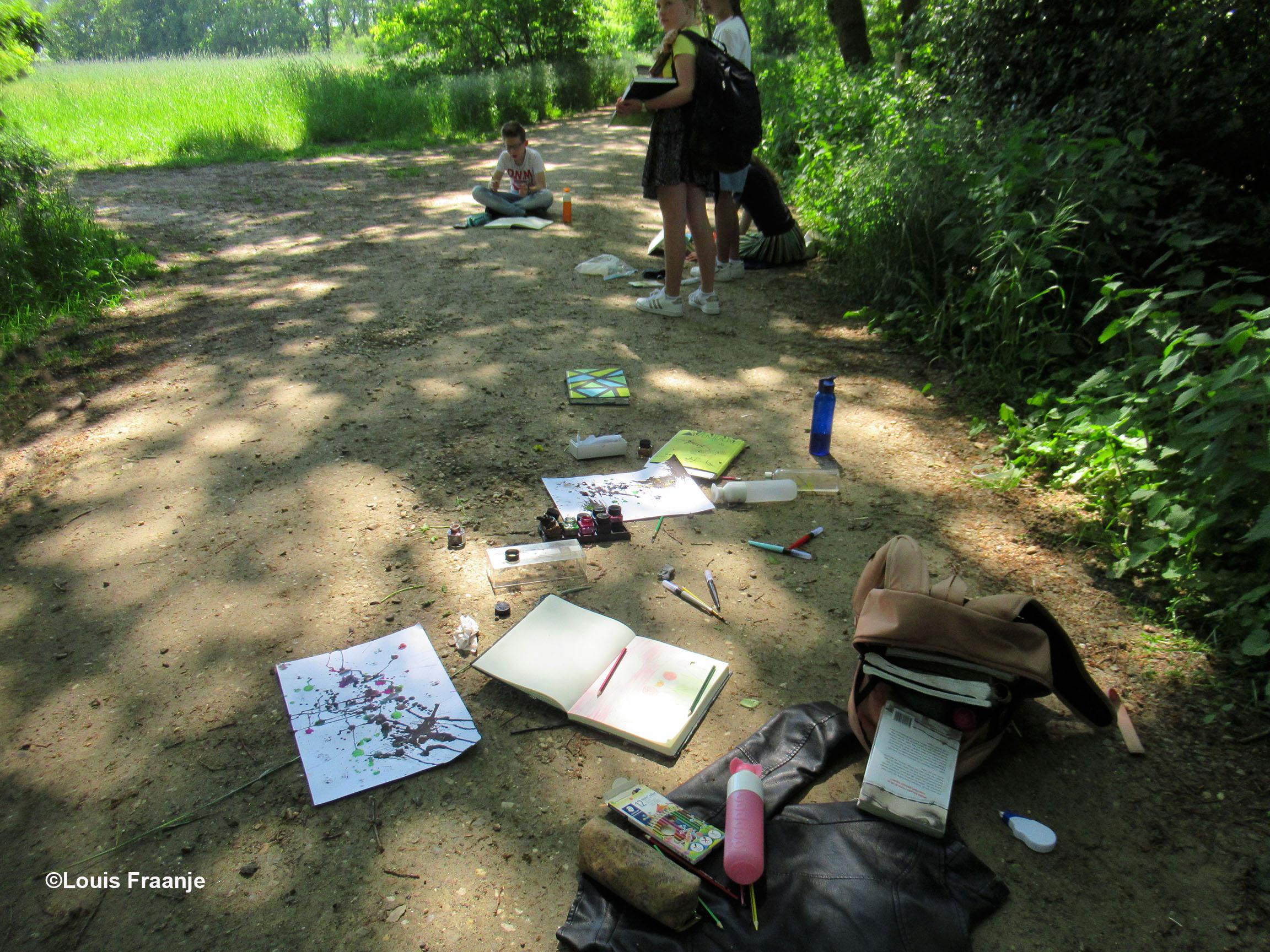 Tekeningen, potloden en penselen plus verf etc. ligt gebruiksklaar op de weg. - Foto: ©Louis Fraanje