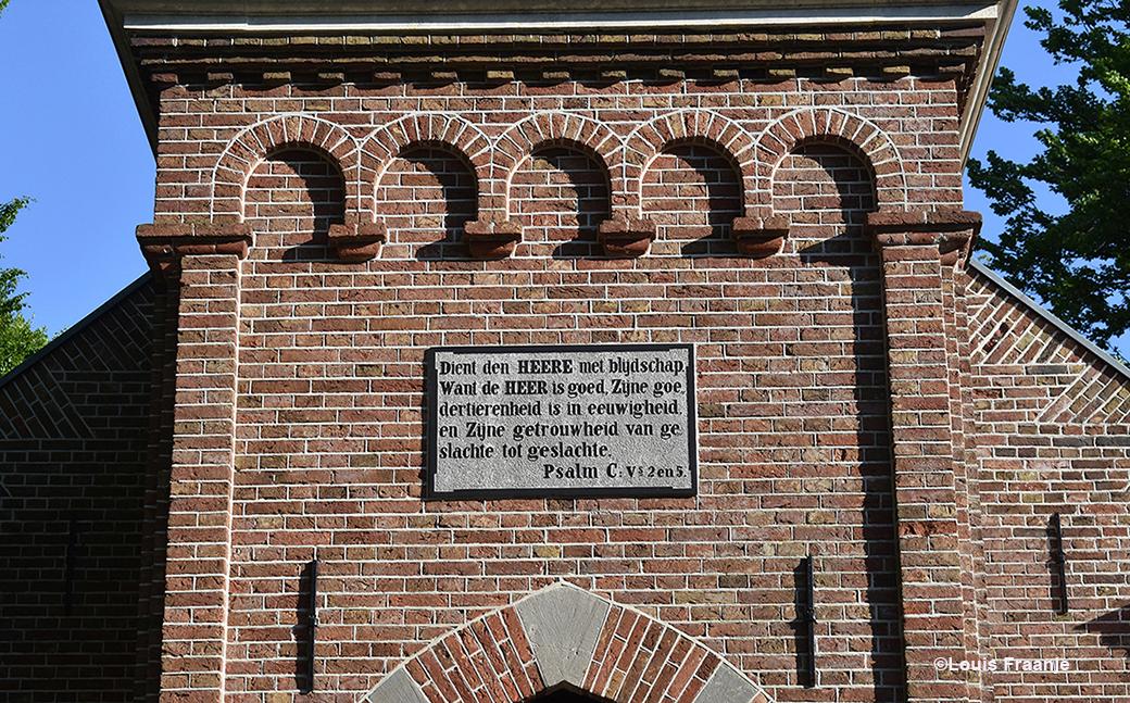 De prachtige Bijbeltekst boven de hoofdingang - Foto: ©Louis Fraanje