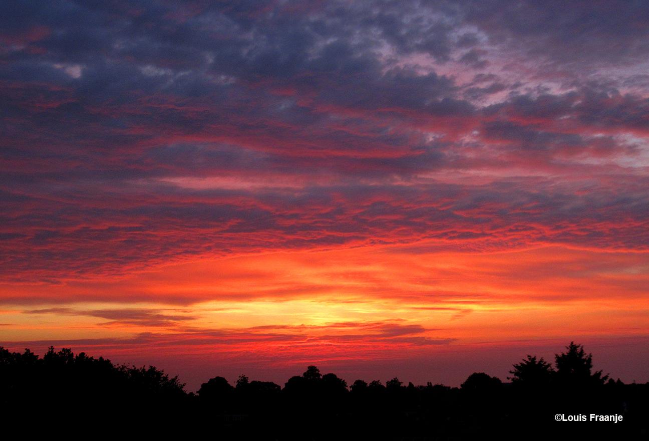 Een schitterende en kleurrijke avondhemel als afsluiter van vaderdag 2021 - Foto: ©Louis Fraanje