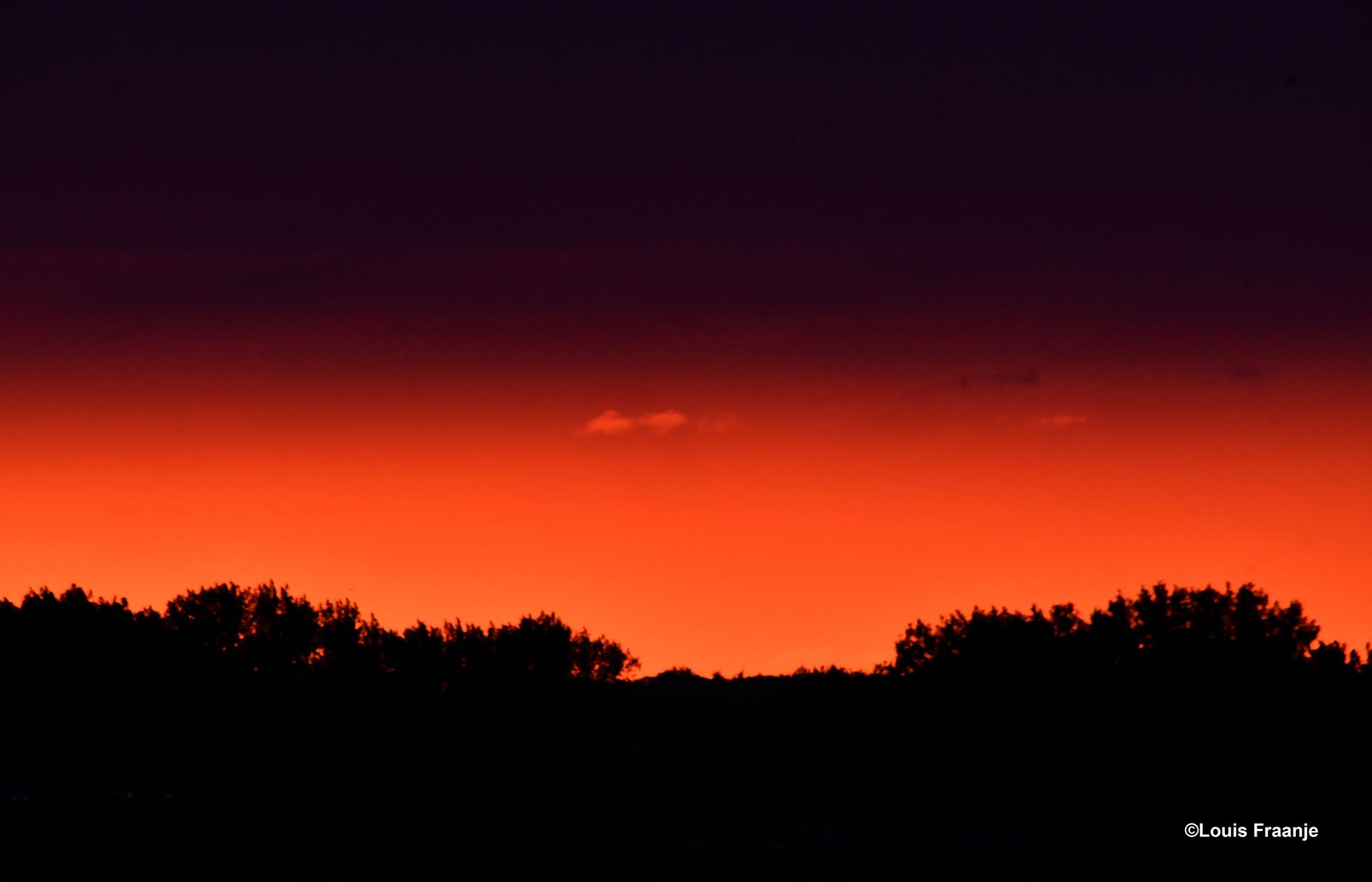 Een bijzondere avondlucht boven de horizon met een 'aparte' prachtige paarse gloed erboven - Foto: ©Louis Fraanje