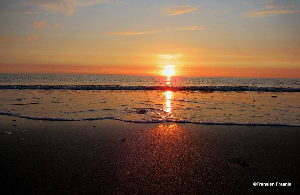 De ondergaande zon laat haar licht laag over het water schijnen - Foto: ©Fransien Fraanje