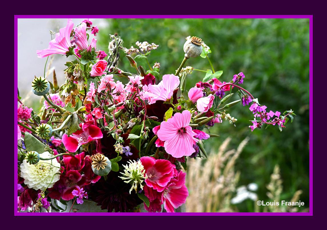 Zomaar... tussen alle dagelijkse beslommeringen door, een kleurrijke bos bloemen... - Foto: ©Louis Fraanje