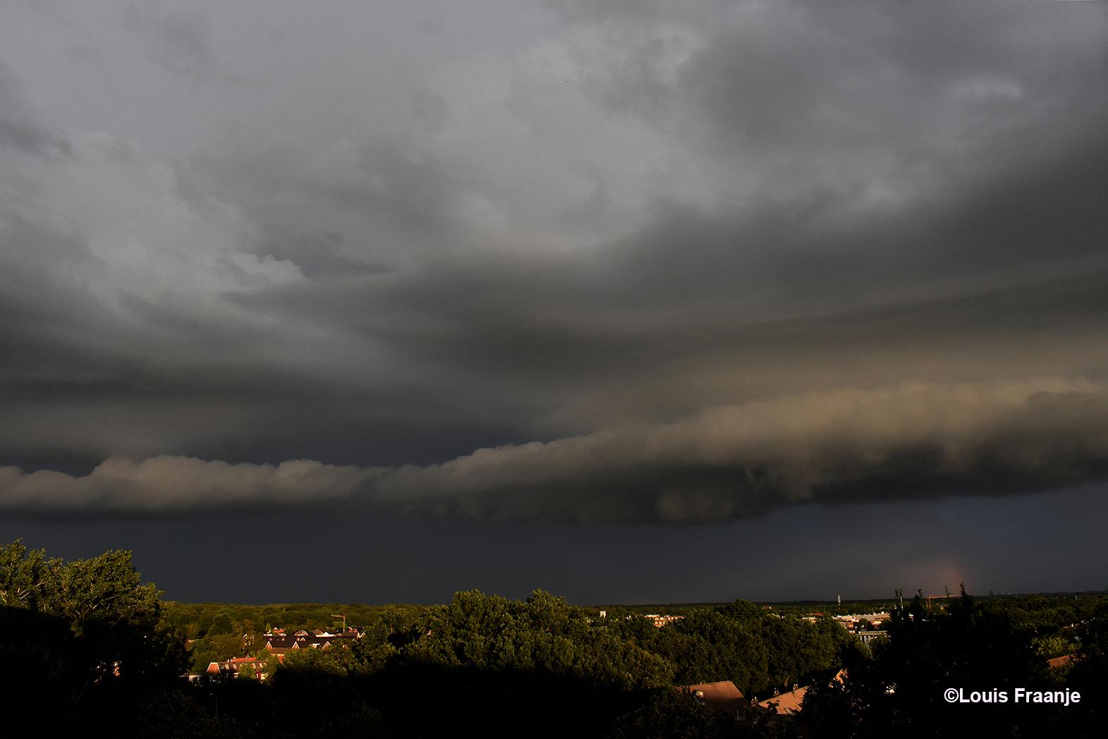 Een dreigende rolwolk boven Ede-Zuid, met de rollende donder op de achtergrond - Foto: ©Louis Fraanje