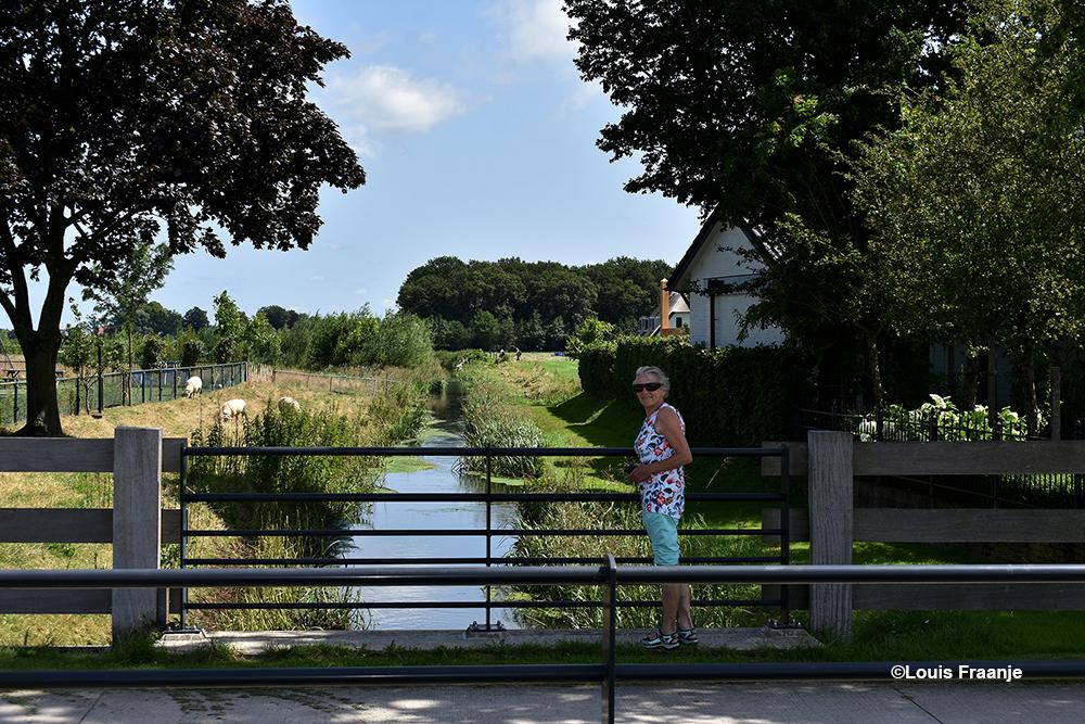 Aan de overkant van de weg staat Fransien en hebben we zicht op de zuidzijde van de Modderbeek - Foto: ©Louis Fraanje