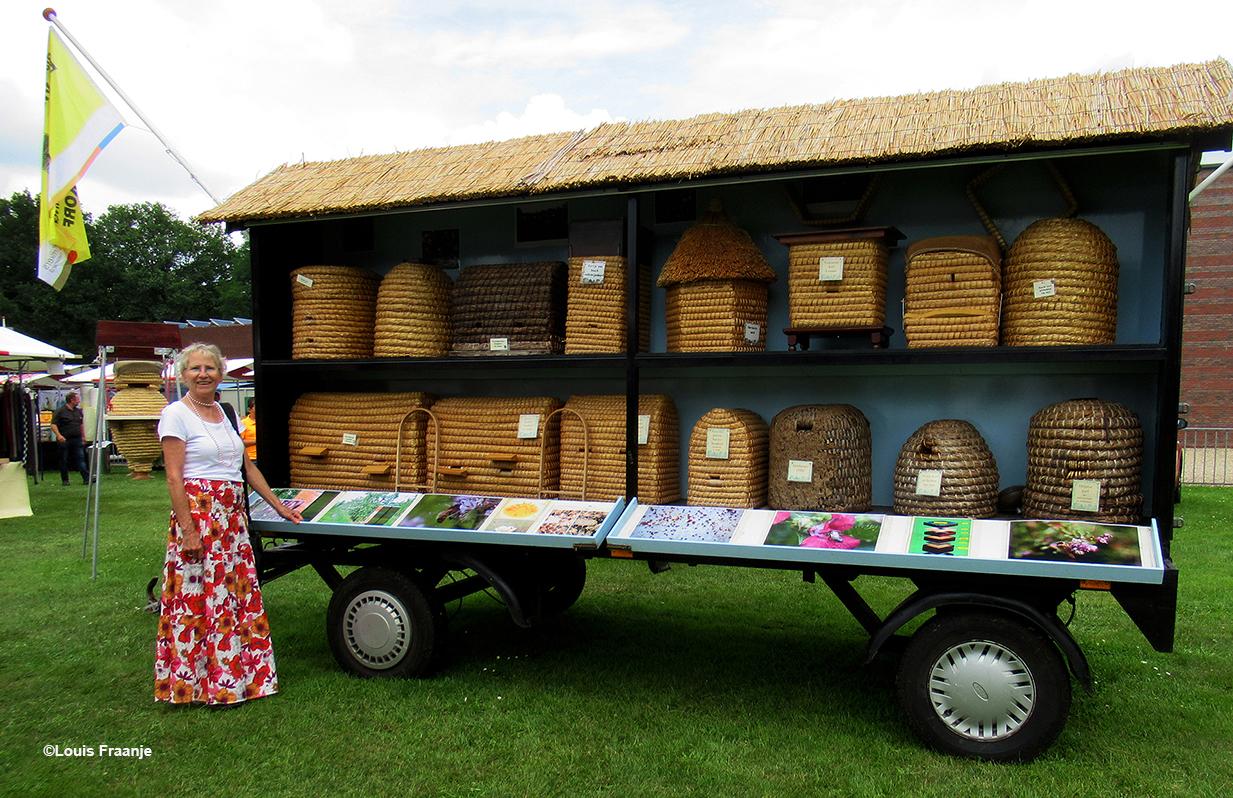 Fransien bij de prachtige promotiewagen van Bijenhoudersvereniging 'De Vierkante Korf e.o.' - Foto: ©Louis Fraanje