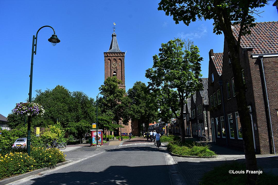 In het centrum van Scherpenzeel met in het midden de Oude kerk - Foto: ©Louis Fraanje