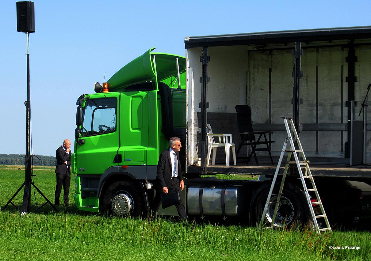 Een heel apart gezicht om de dominee zo de preekstoel op te zien gaan, via een keukentrap en dan in de trailer op het podium - Foto: ©Louis Fraanje