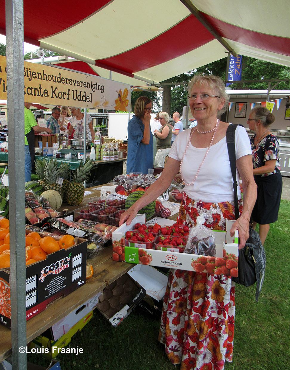 Naast de lekkere heidehoning, heeft Fransien ook nog heerlijke aardbeien en kersen aangeschaft - Foto: ©Louis Fraanje
