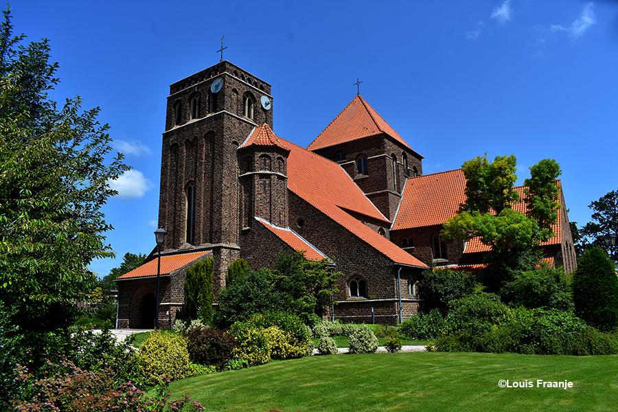 De prachtige Sint-Jozefkerk is een Rooms Katholieke kerk op Achterveld. Op de kruising Jan van Arkelweg en Hessenweg - Foto: ©Louis Fraanje