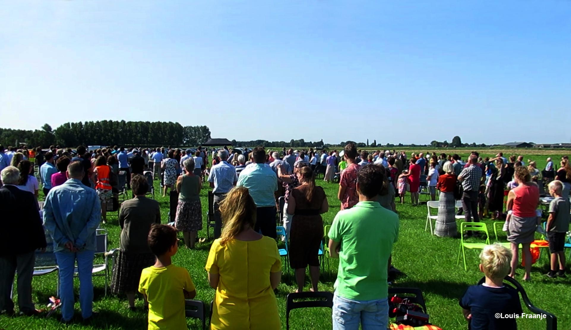Tot slot werd nog het 25 jarig bruidspaar Blokhuis toegezongen door de bezoekers van de kerkdienst - Foto: ©Louis Fraanje