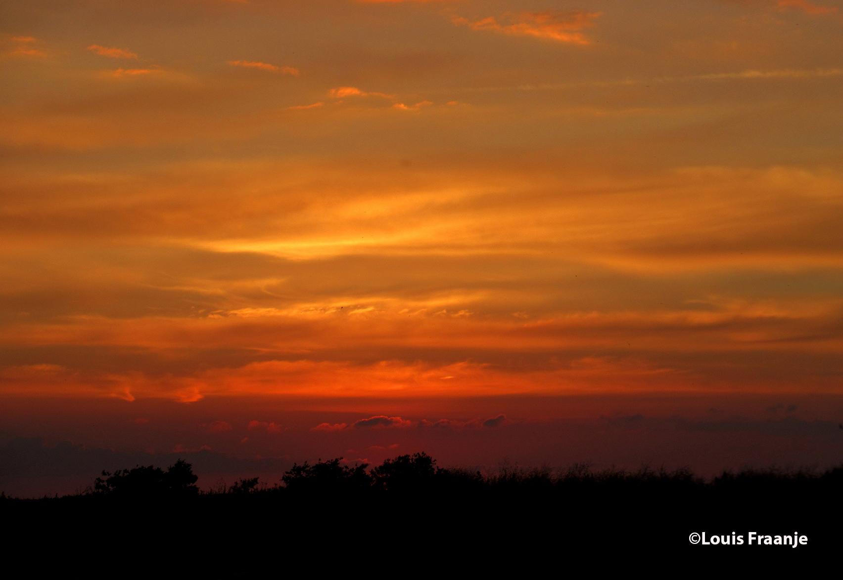 Het prachtige avondrood, een sfeervol moment ergens op het platteland - Foto: ©Louis Fraanje
