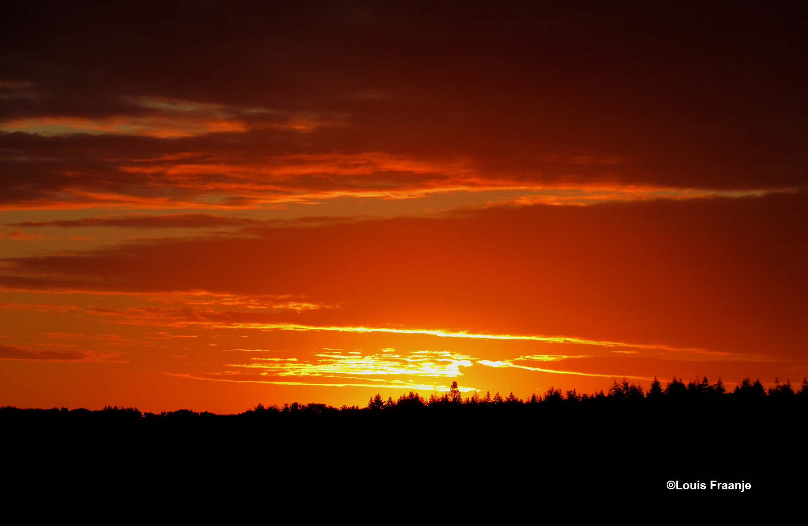 Prachtig ochtendgloren vanmorgen om 06.05 uur boven de Veluwse bossen - Foto: ©Louis Fraanje
