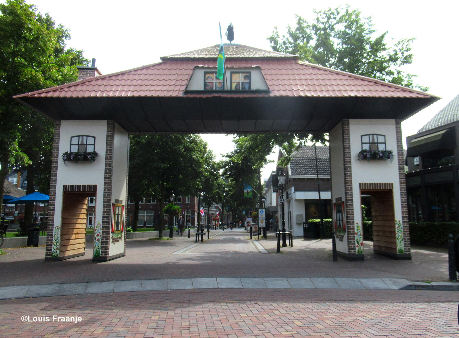 """De prachtige toegangspoort naar het centrum staat er weer voor de """"Oud Lunterse Dag""""- Foto: ©Louis Fraanje"""
