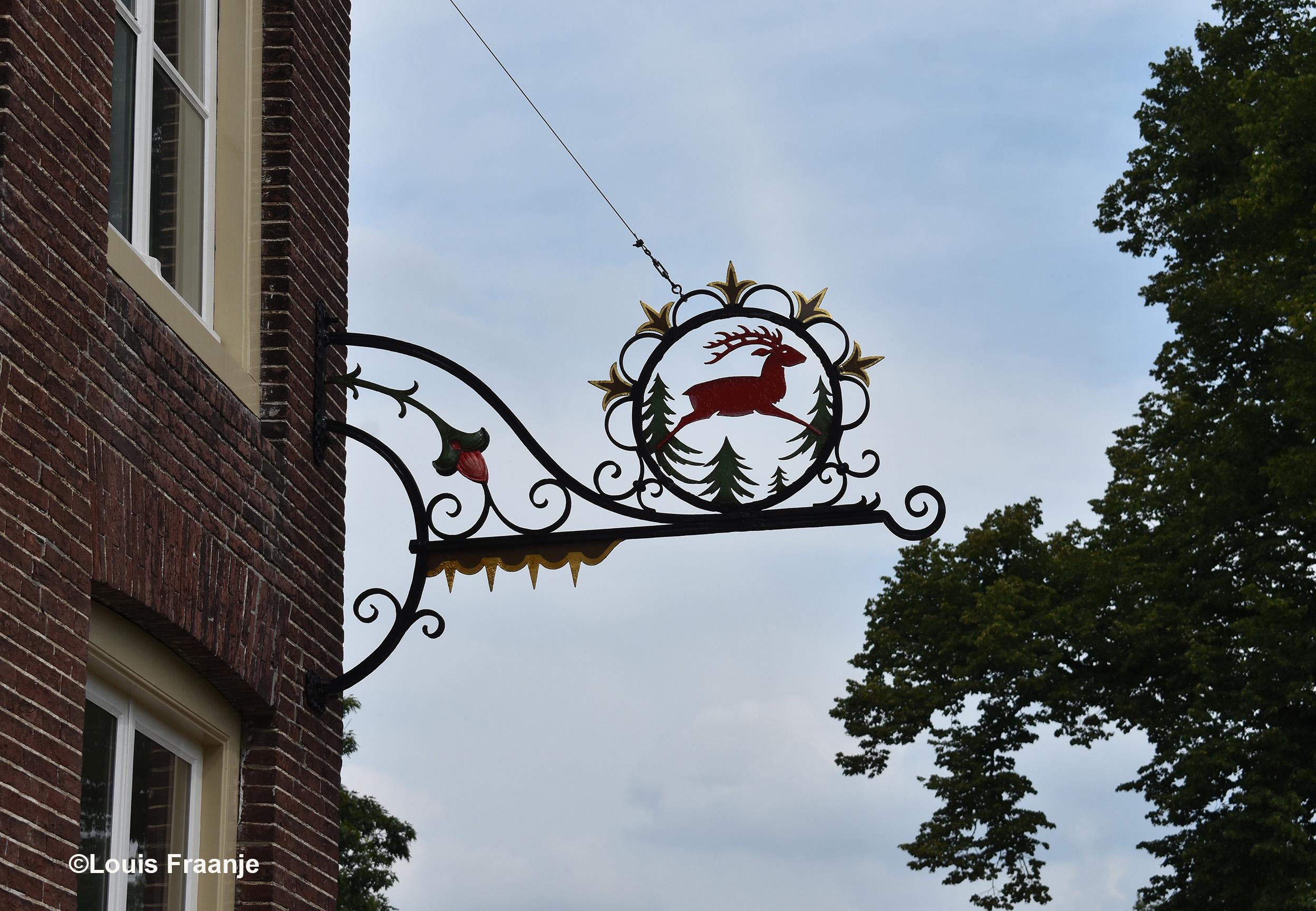 Als we bijna door Amerongen heen zijn gereden, trekt een uithangbord van Het Rode Hert onze aandacht - Foto: ©Louis Fraanje