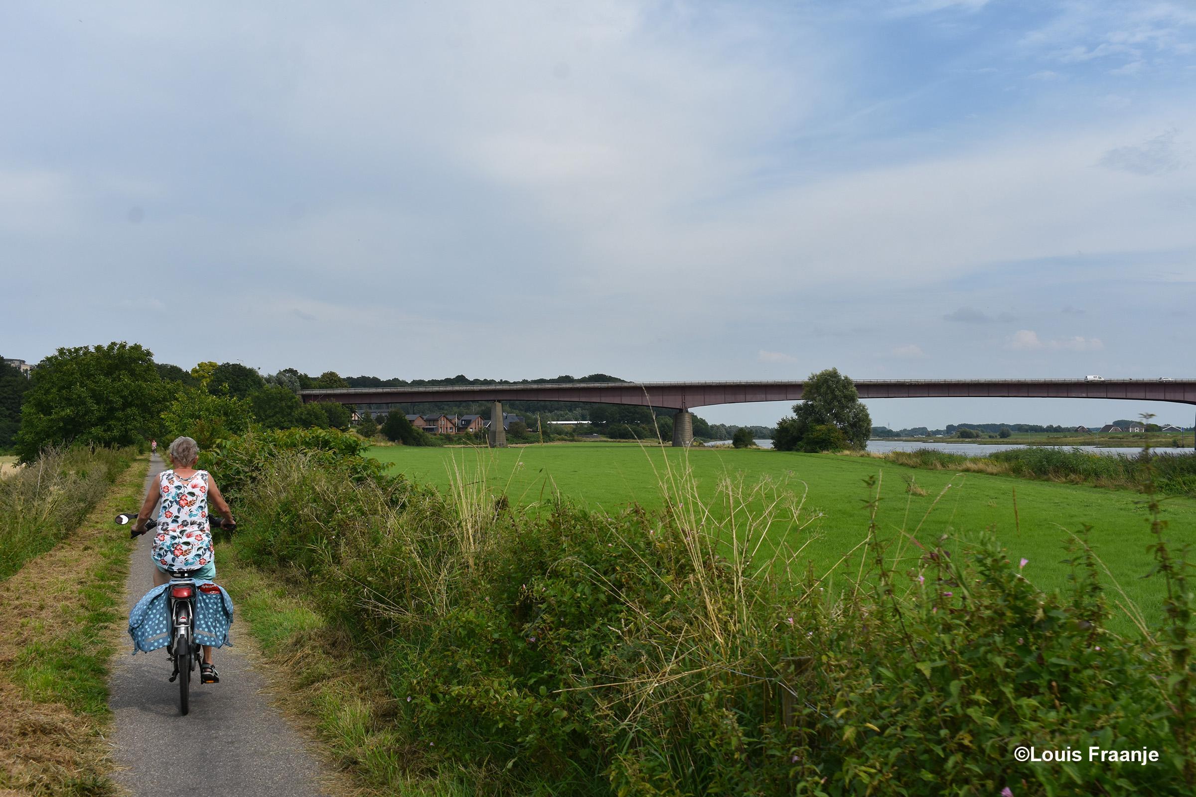 En dan via Elst en Rhenen onderlangs de rivier de Nederrijn, een heerlijke route - Foto: ©Louis Fraanje