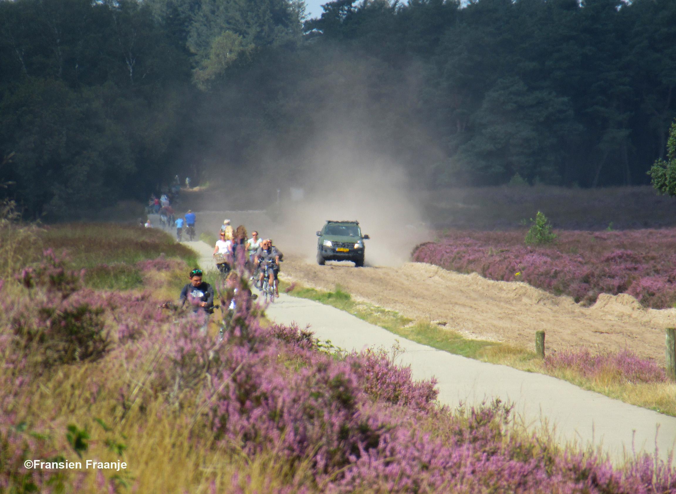 Ja... als er dan zo'n militaire jeep voorbij komt suizen over de zandweg, wordt je daar als fietser niet heel erg blij van - Foto: ©Fransien Fraanje