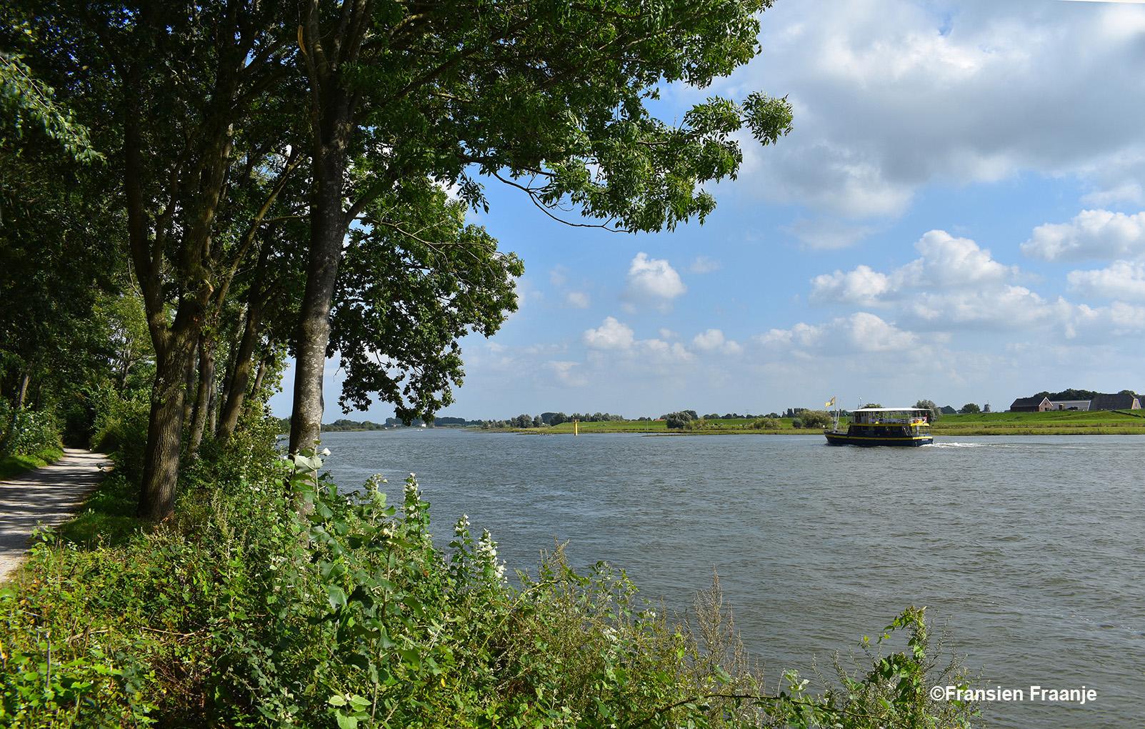 Hier passeert de rondvaartboot van De Blauwe Bever - Foto: ©Fransien Fraanje