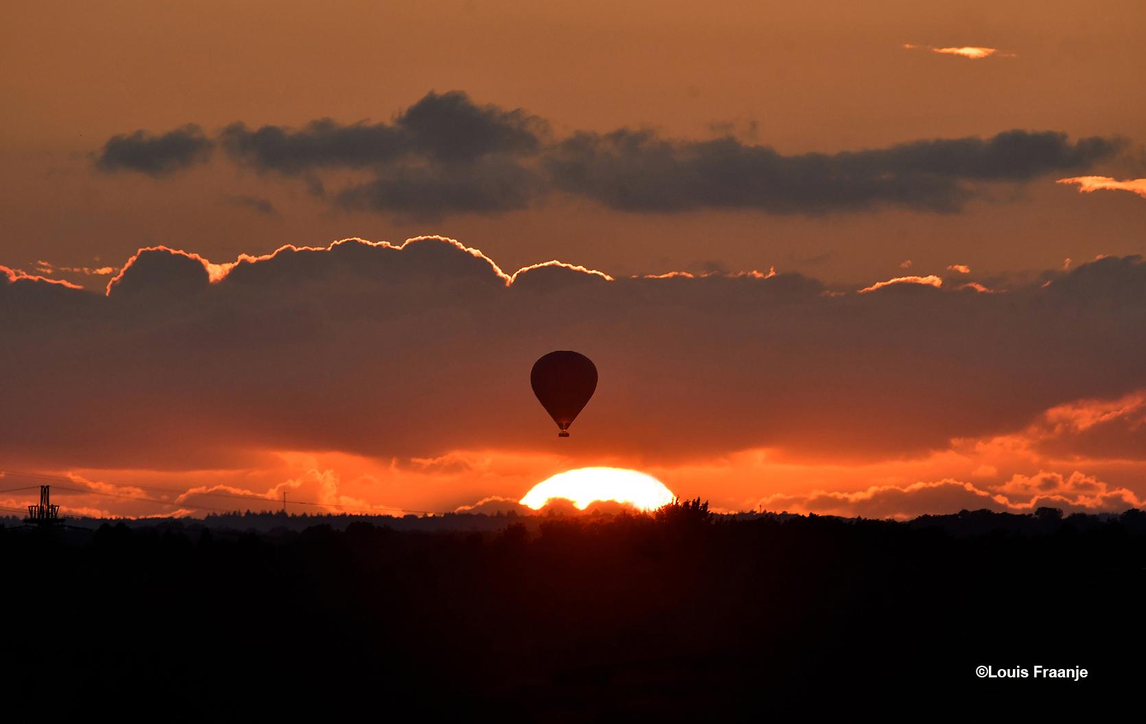 Tijdens de zonsondergang kwam er een luchtballon voorbij varen - Foto: ©Louis Fraanje