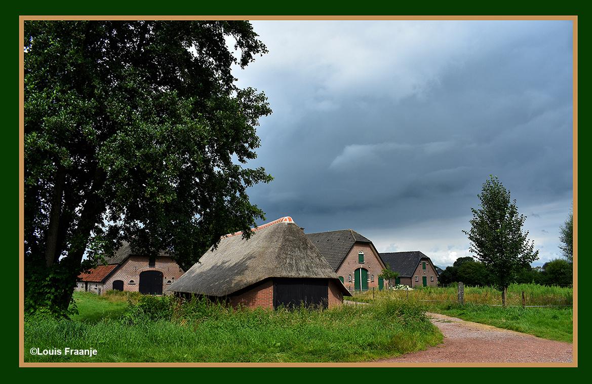 Prachtig boerenerf met boerderij en schuren, met op de voorgrond een oude schaapskooi - Foto: ©Louis Fraanje