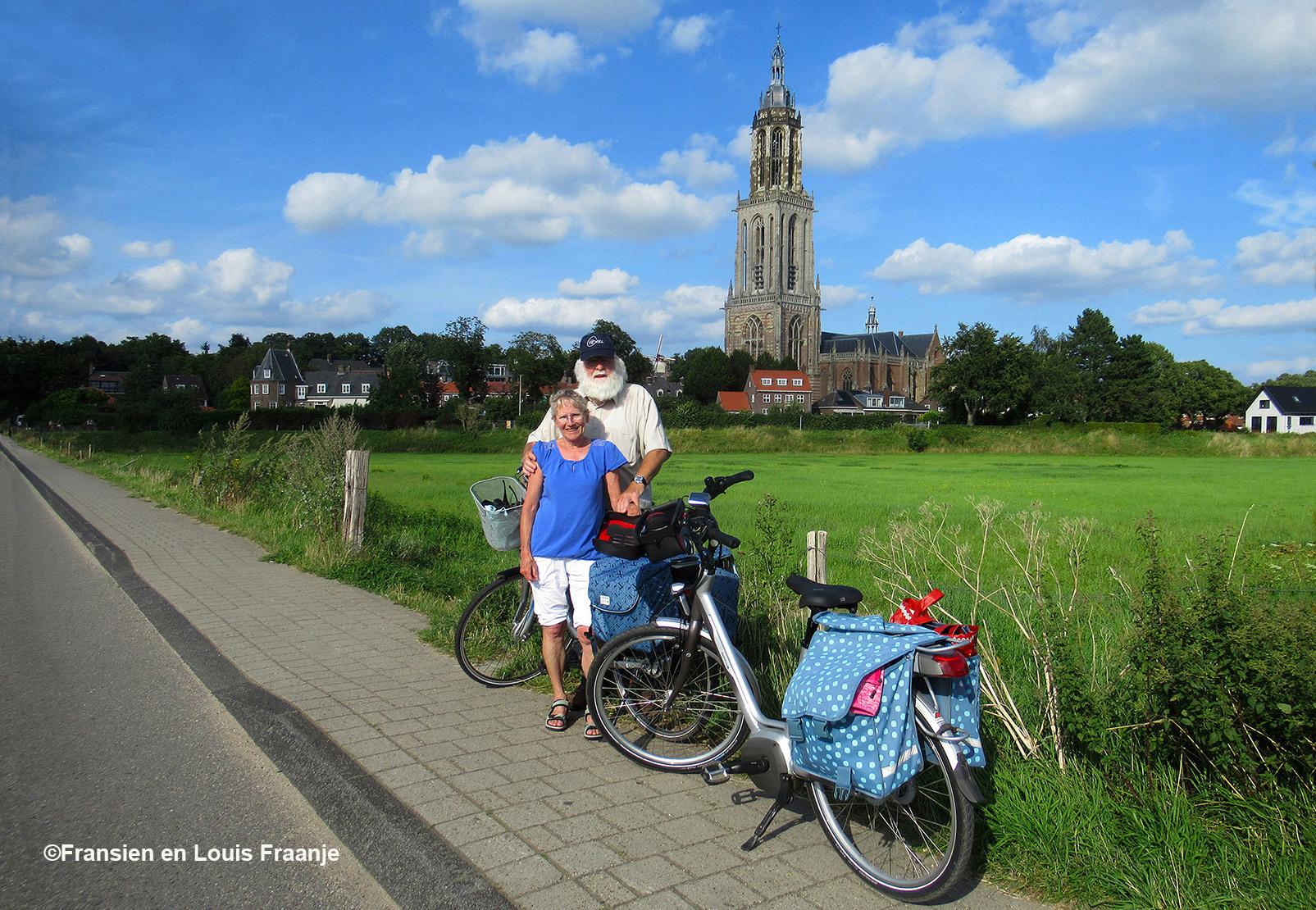 Samen op de foto, met op de achtergrond de prachtige Cuneratoren- en kerk - Eigen foto: ©Fransien en Louis Fraanje