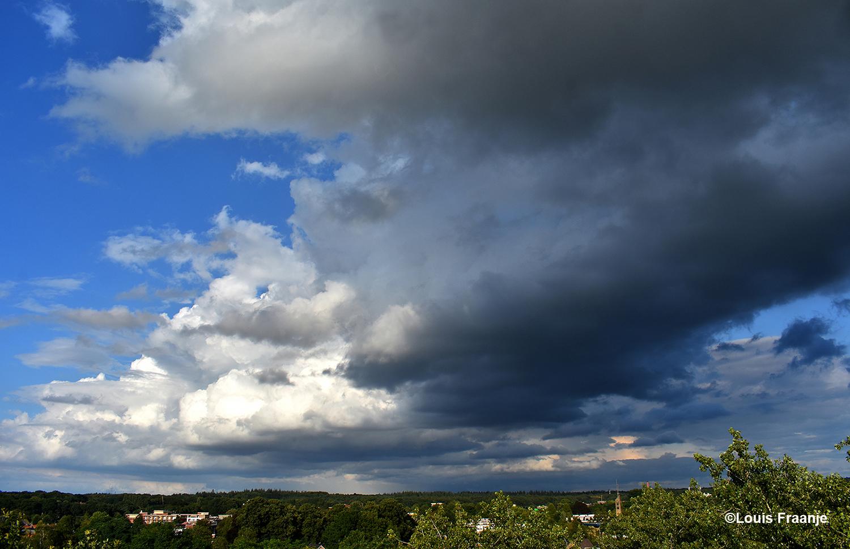Prachtige wolkenlucht boven de Veluwse bossen bij Ede - Foto: ©Louis Fraanje