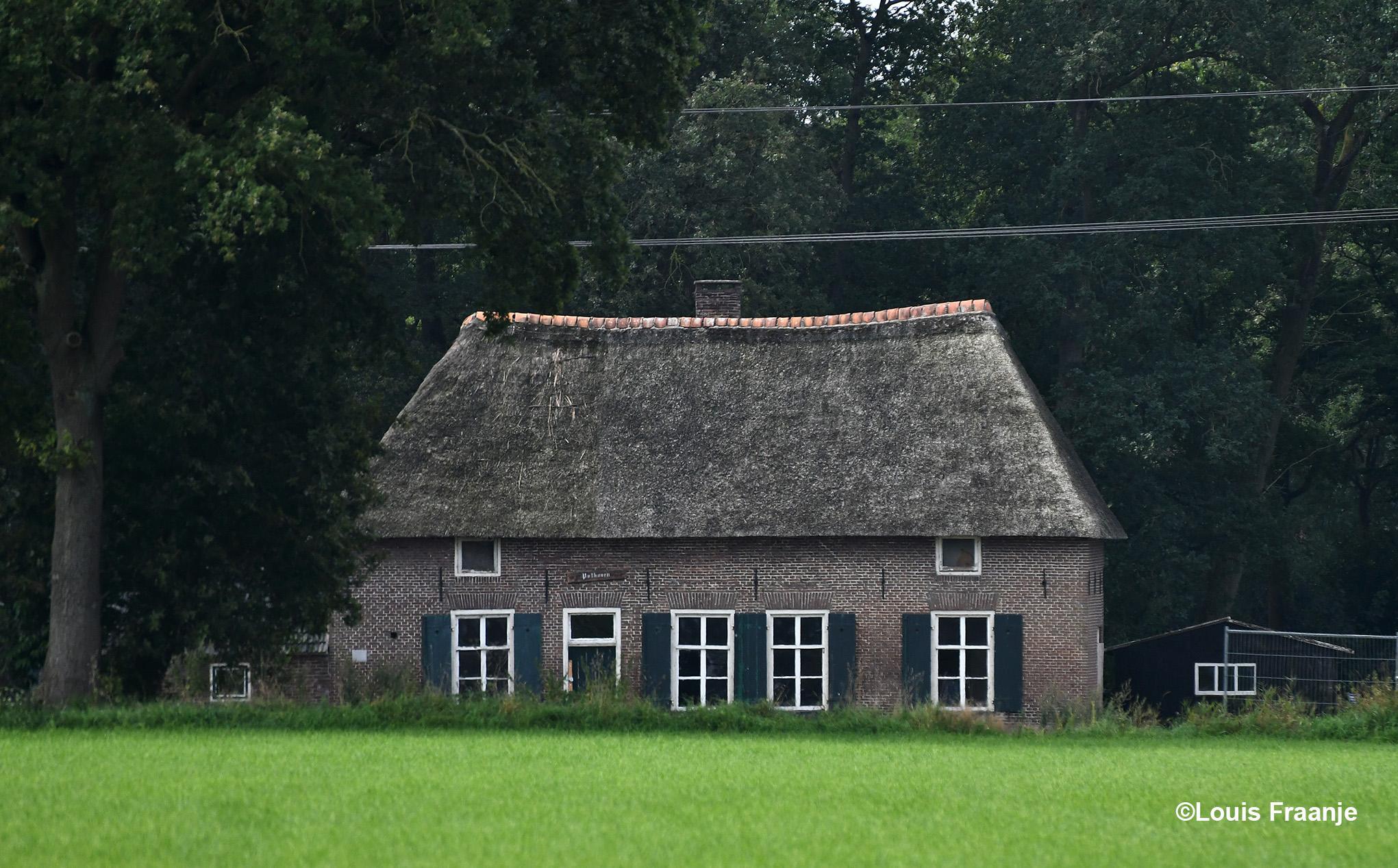 Toen we via Kernhem aan de rand van Ede kwamen en richting Doesburgermolen reden, zagen we links van ons aan de bosrand de oude boerderij Pothoven - Foto: ©Louis Fraanje