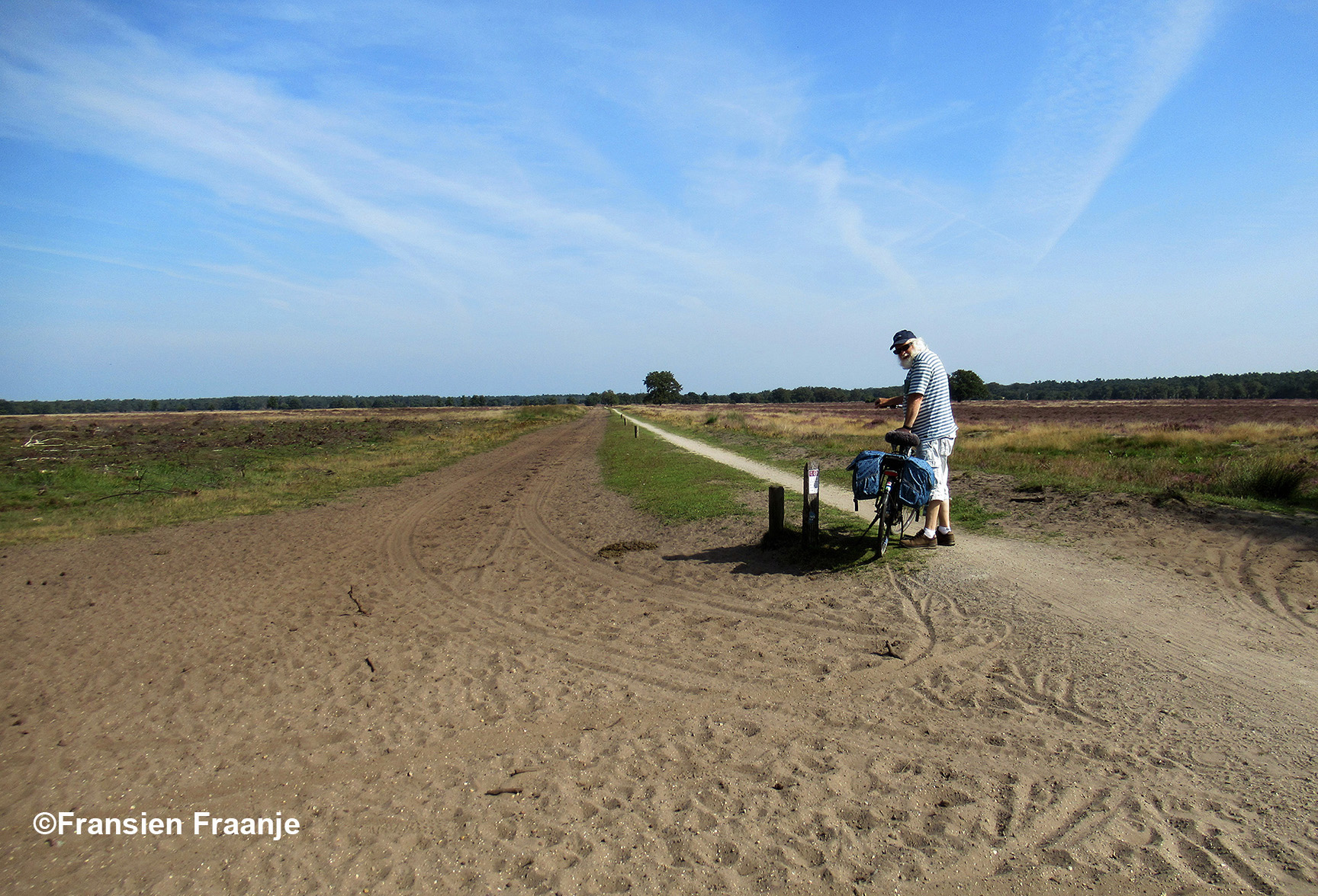 Hier sta ik midden op de Stroese Heide op het fietspad langs de Kootwijkerdijk, die we helemaal volgen naar Kootwijk - Foto: ©Fransien Fraanje