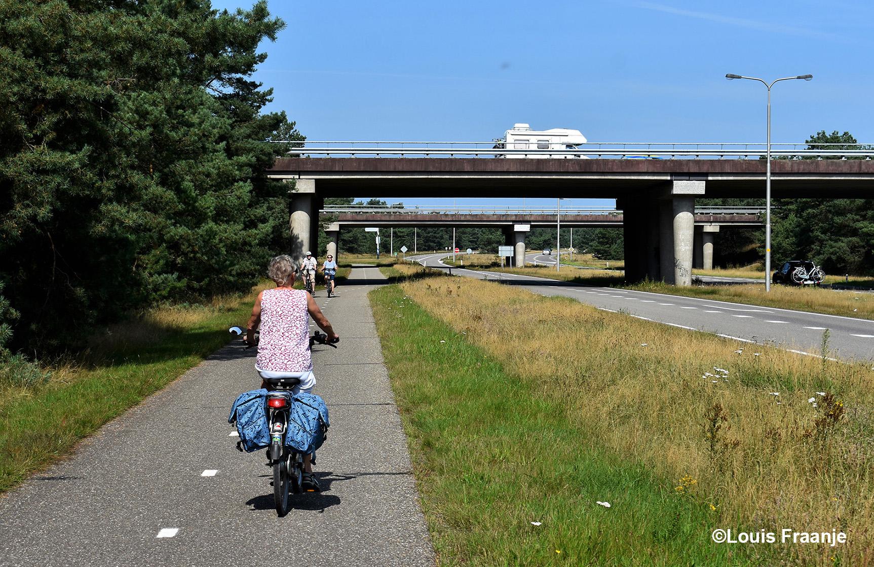 Vanaf Kootwijk fietsen we langs de Kootwijkerweg(N302), met voor ons de A1 - Foto: ©Louis Fraanje