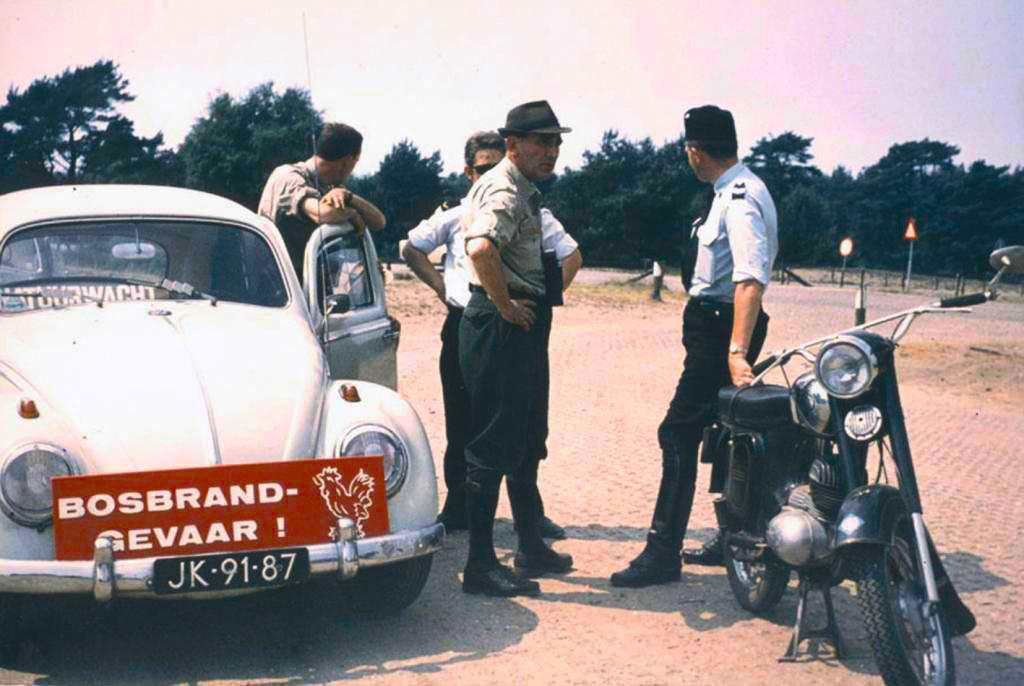 Extra brandtoezicht bij de parkeerplaats aan de Bloemersweg in1970 - Foto: Bron Mijn Gelderland