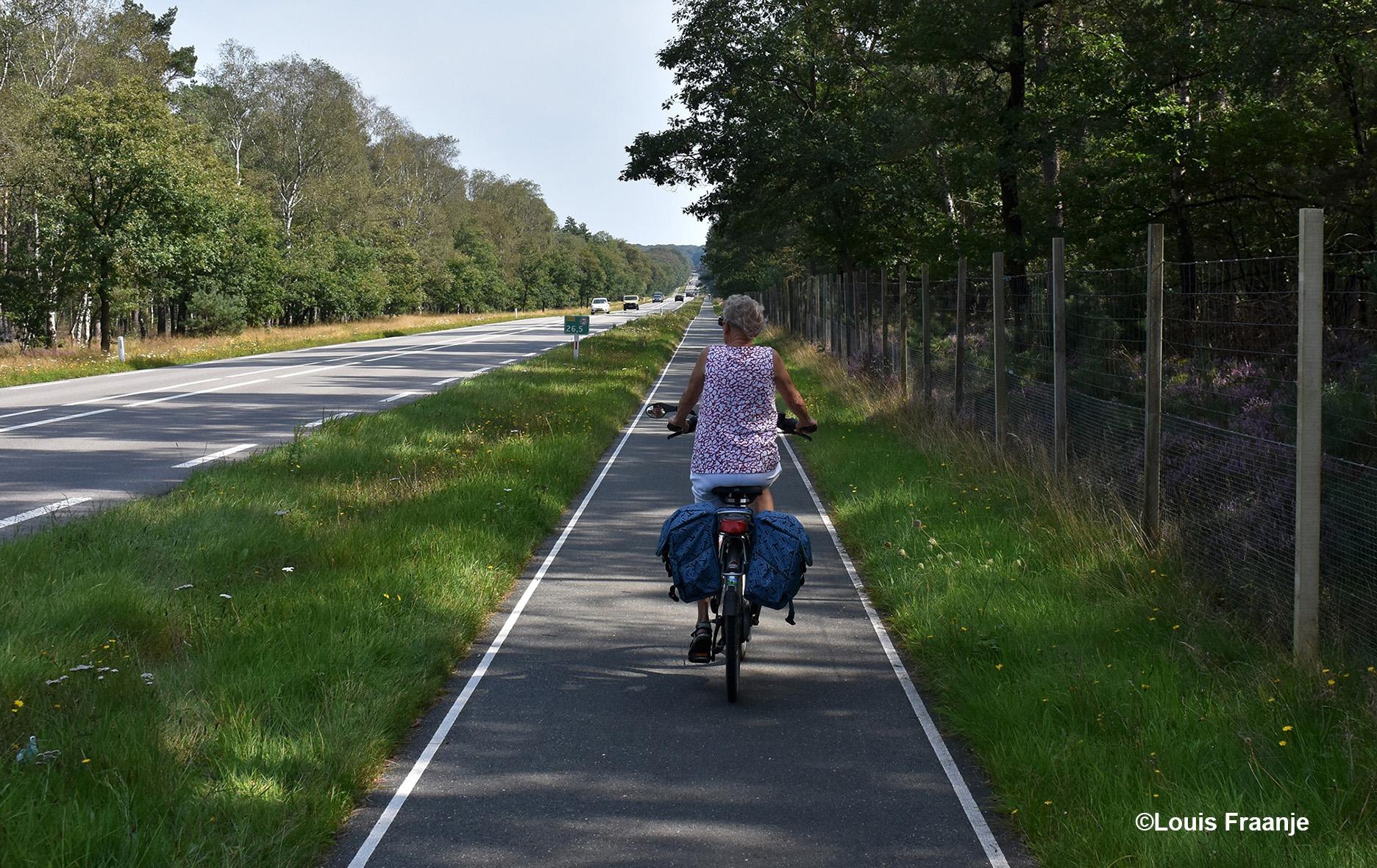 De lange klim naar boven richting Apeldoorn langs de Amersfoortseweg (N344)- Foto: ©Louis Fraanje