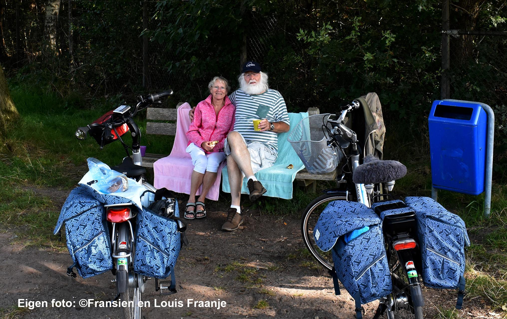 De eerste pitstop op het hoekje van De Wildkamp, waar vroeger de bekende en inmiddels overleden Kees Elbertsen woonde - Eigen foto: ©Fransien en Louis Fraanje