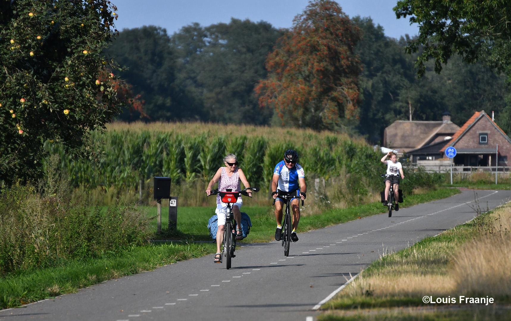 Hier wordt Fransien op de Kootwijkerbroekerweg ingehaald door een snelle fietser uit Barneveld - Foto: ©Louis Fraanje