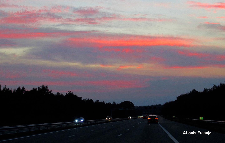 Onderweg op de A12 genoten van een fantastisch kleurenspel aan de avondhemel - Foto: ©Louis Fraanje