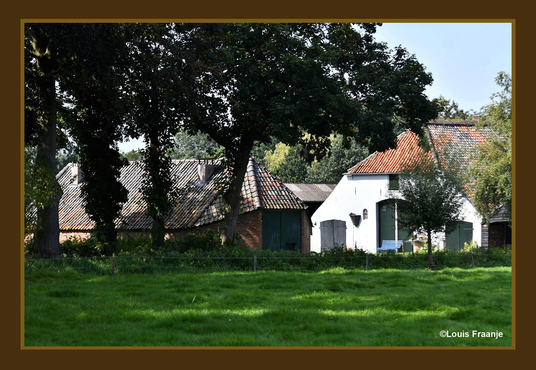 De achterkant van een oude boerderij met een prachtige schaapskooi - Foto: ©Louis Fraanje