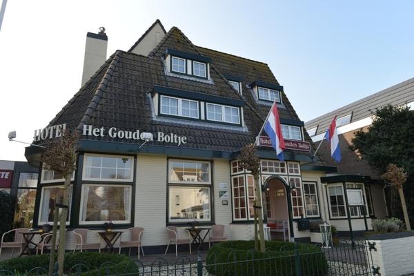 """Hotel """"Het Gouden Boltje"""" aan de Dorpsstraat 228 in het centrum, vlakbij het strand - Eigen foto"""