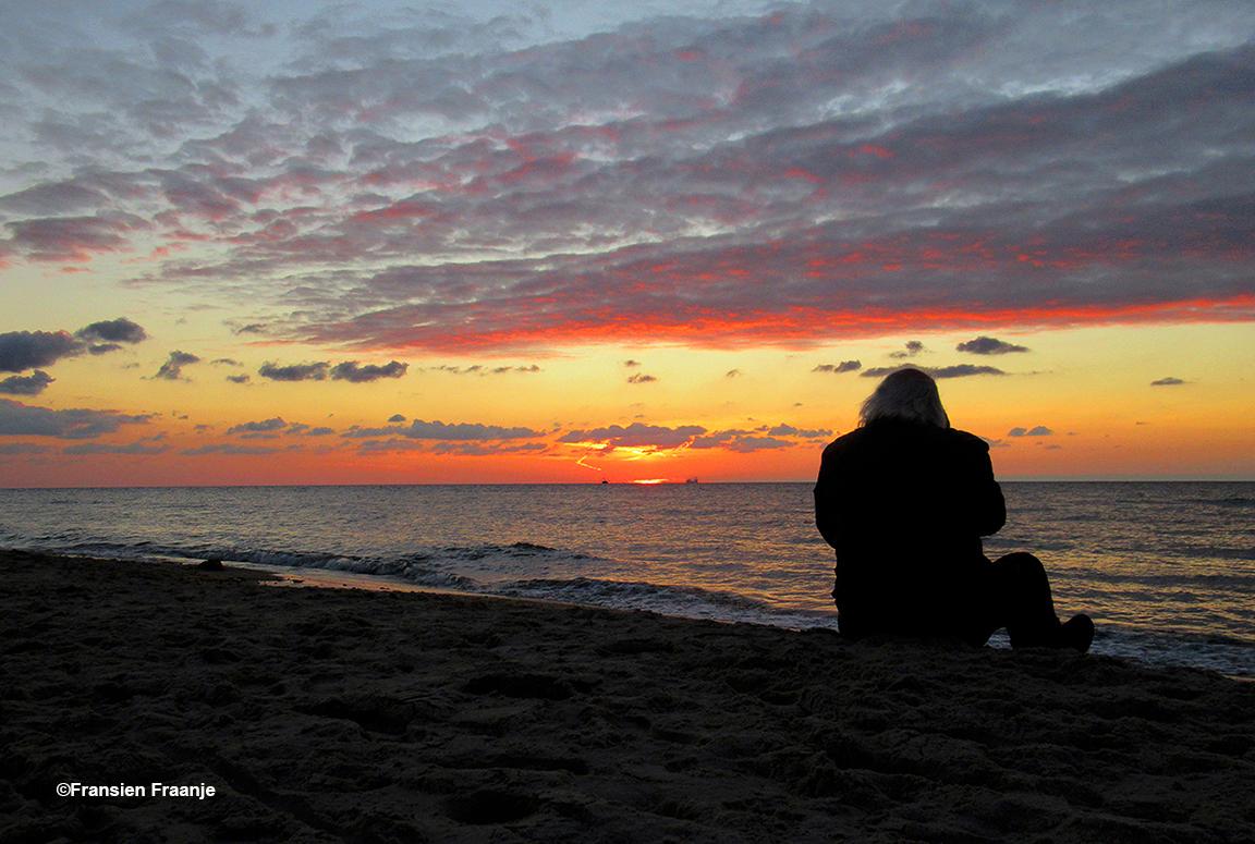 Heerlijk uitwaaien op het strand, terwijl de golven zich onophoudelijk uitrolden in de branding, kleurde de avondhemel zich vlammend rood en goudgeel - Foto: ©Fransien Fraanje