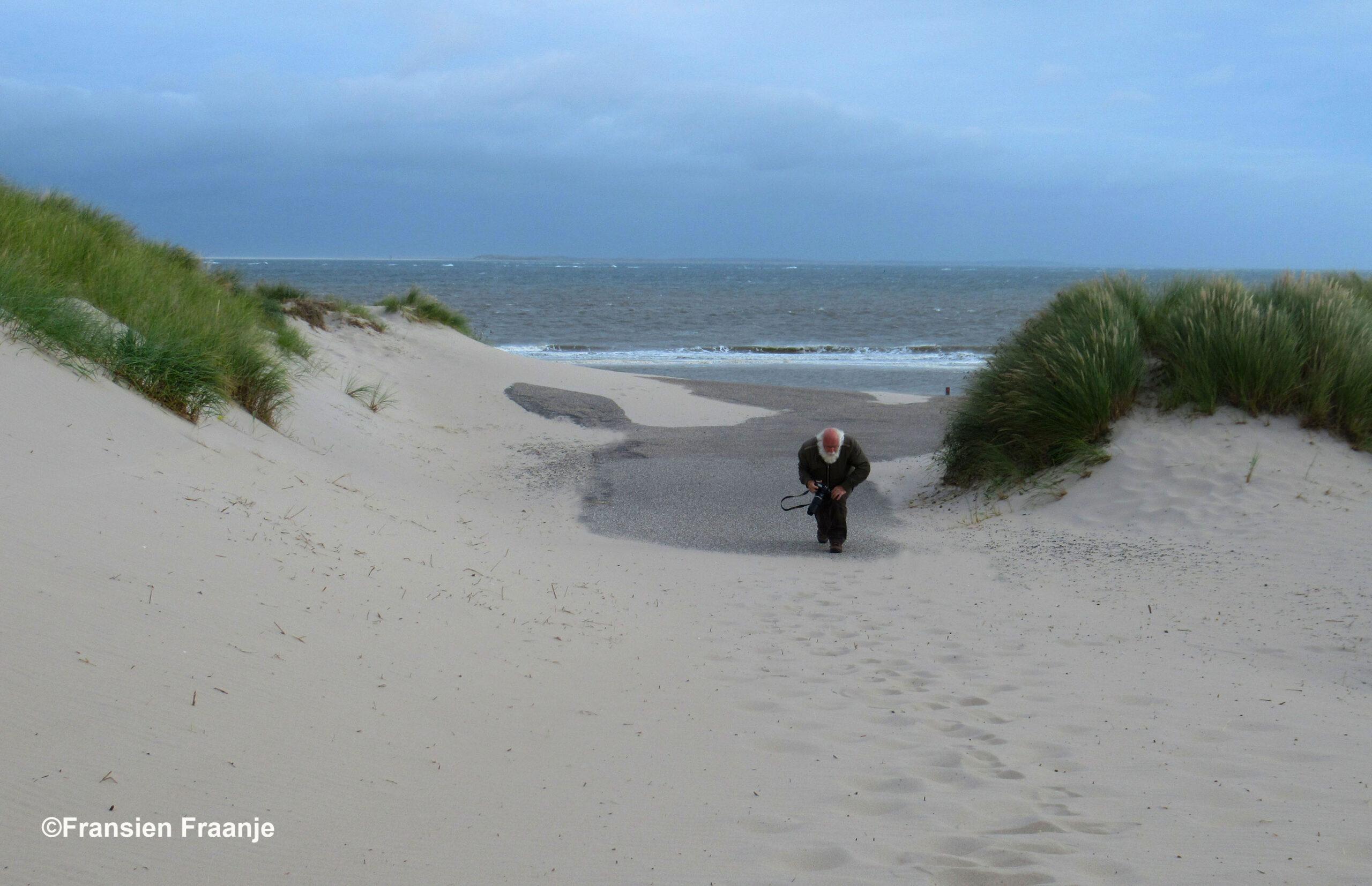 """De laatste loodjes vanaf het strand naar boven. """"Hee ouwe, effe door douwe!"""" - Foto: ©Fransien Fraanje"""