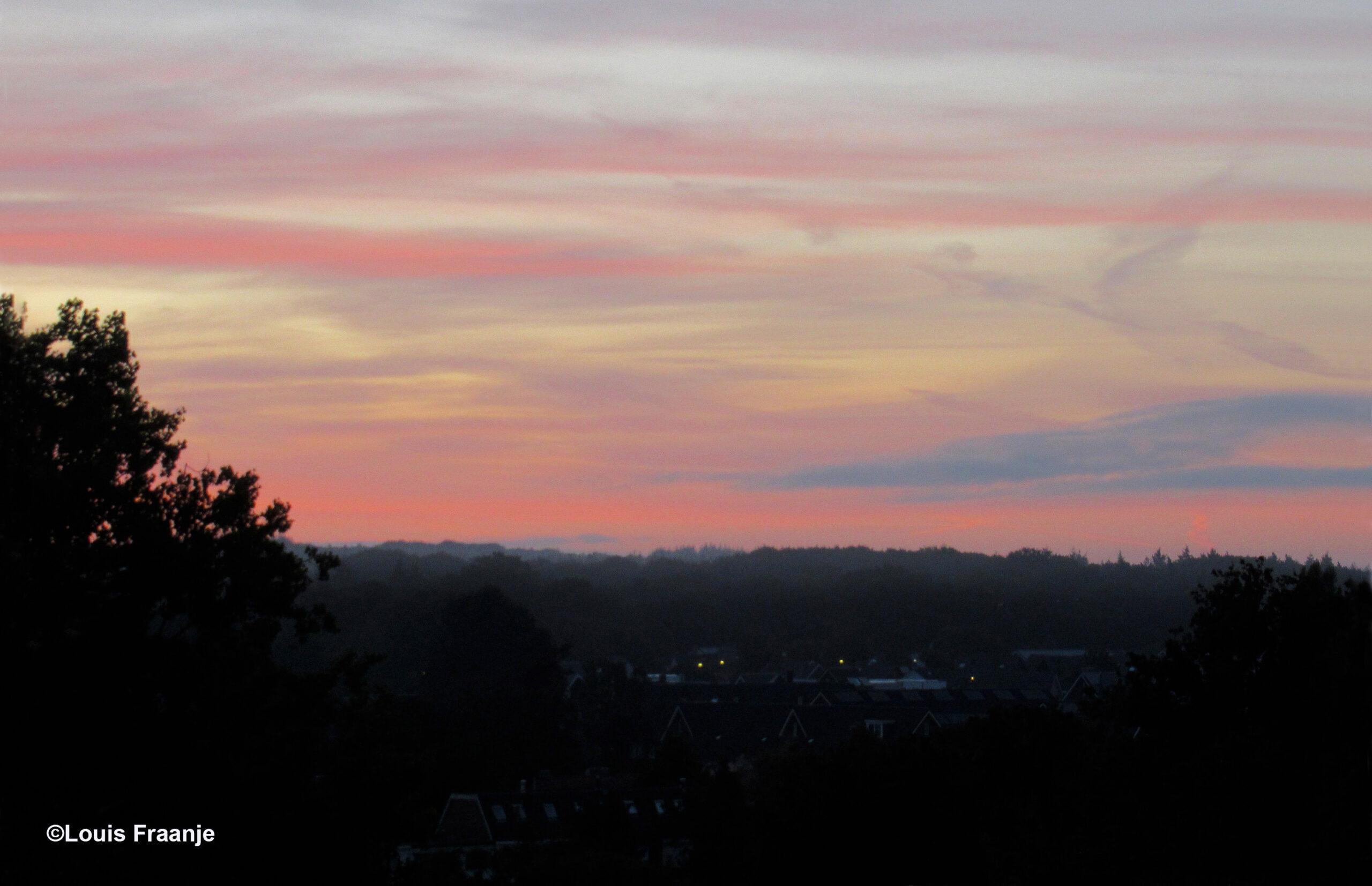 Een nieuwe dag wordt geboren, vergezeld gaande met een schitterend ochtendgloren - Foto: ©Louis Fraanje