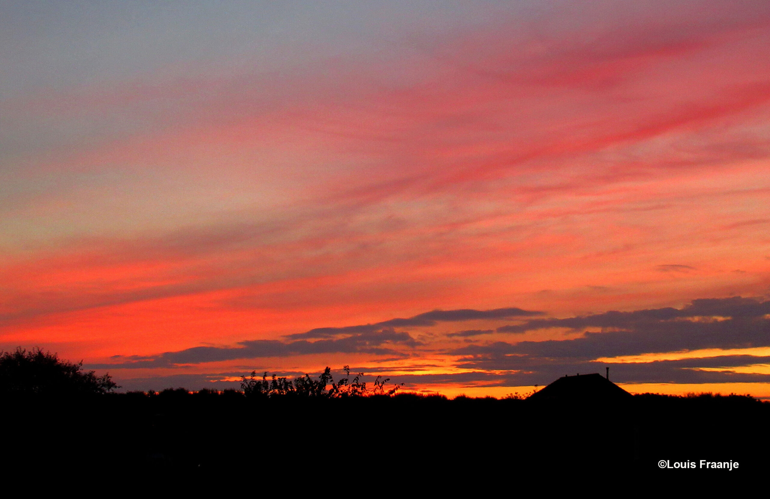 Met een vlammend ochtendgloren, wordt weer een nieuwe dag geboren - Foto: ©Louis Fraanje