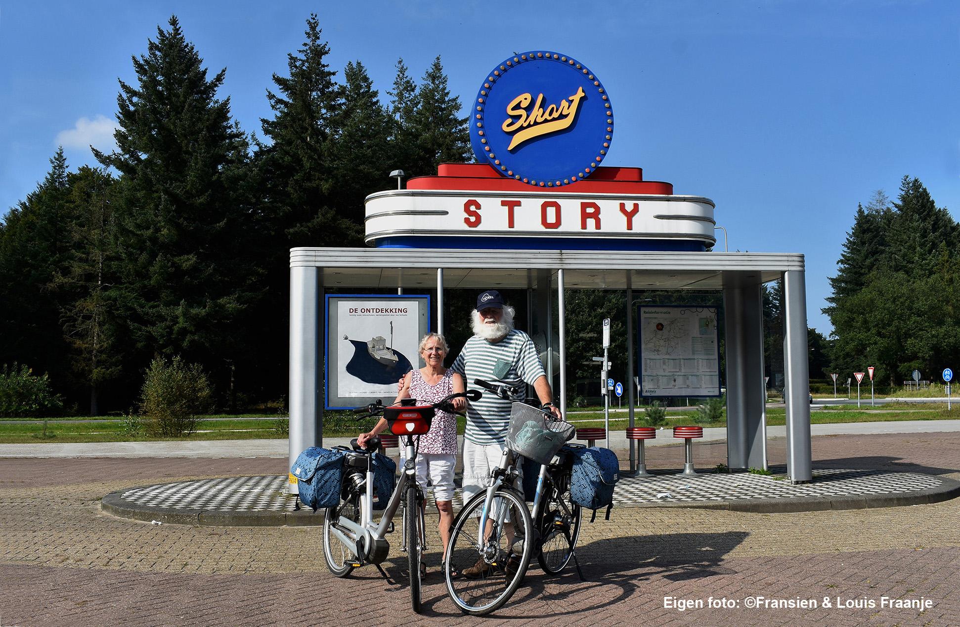 Bij de abri Short Story(kort verhaal) op het transferium Wittenberg in Garderen - Eigen foto: ©Fransien en Louis Fraanje
