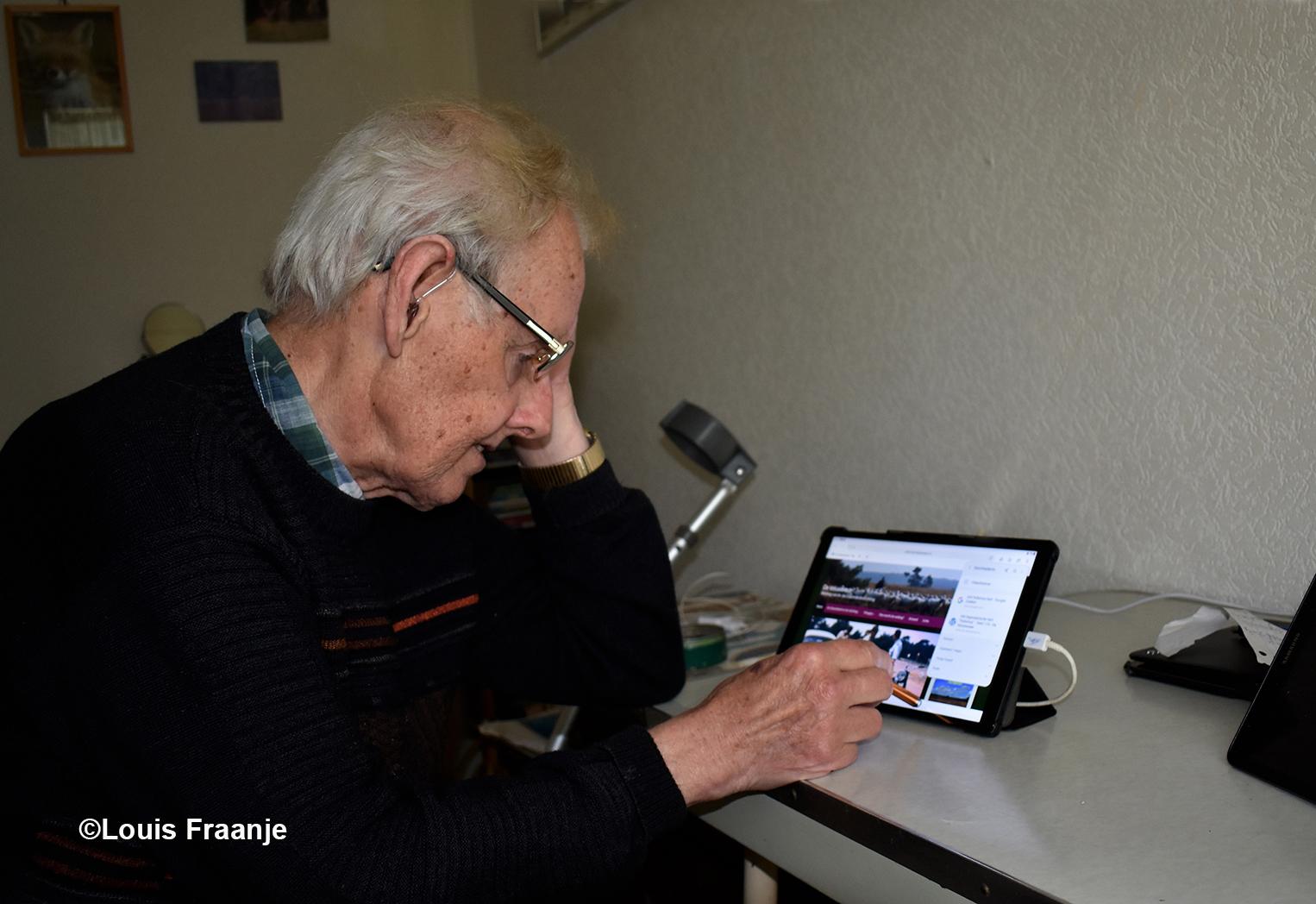 Martin met zijn onafscheidelijke tablet, waarmee hij zich dagelijks via onze weblog (digitaal) verbonden weet met zijn geliefde Veluwe - Foto: ©Louis Fraanje